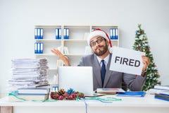 庆祝圣诞节的年轻商人在办公室 库存照片