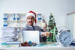 庆祝圣诞节的年轻商人在办公室 库存图片
