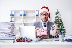 庆祝圣诞节的年轻商人在办公室 免版税库存照片