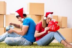 庆祝圣诞节的年轻家庭在新的家 库存照片