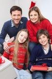 庆祝圣诞节的愉快的家庭 免版税图库摄影