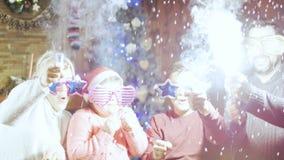 庆祝圣诞节的愉快的年轻家庭 免版税库存图片