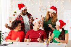 庆祝圣诞节的愉快的队在办公室聚会 免版税库存图片