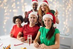庆祝圣诞节的愉快的队在办公室聚会 免版税库存照片