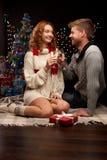 庆祝圣诞节的新夫妇 免版税库存照片