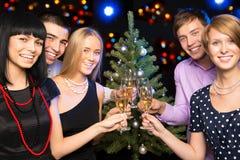 庆祝圣诞节的朋友纵向  免版税库存图片