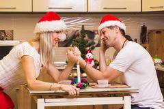 庆祝圣诞节的现代爱恋的夫妇 库存照片