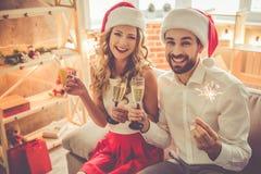 庆祝圣诞节的美好的夫妇 免版税图库摄影