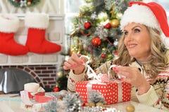 庆祝圣诞节的资深妇女 免版税库存照片