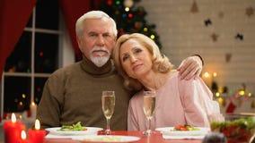 庆祝圣诞节,丈夫的偏僻的无子女的年长夫妇拥抱妻子 股票录像
