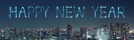 庆祝在东京都市风景的新年快乐烟花在nig 免版税库存照片
