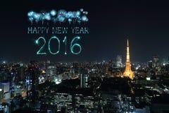 2016年庆祝在东京都市风景的新年快乐烟花 库存图片