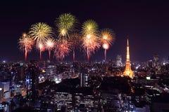 庆祝在东京都市风景的烟花在晚上 免版税图库摄影