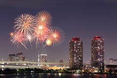 庆祝在东京都市风景的烟花在附近 免版税库存照片