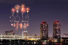 庆祝在东京都市风景的2015新年烟花 免版税库存照片