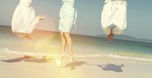 庆祝在圣诞节概念的海滩的两对夫妇 图库摄影