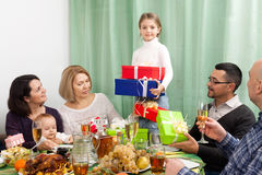 庆祝在大家庭的女孩生日 免版税库存图片