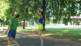 庆祝在完成的夫妇赛跑者锻炼以后 股票视频
