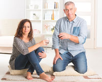 庆祝在家的夫妇 免版税库存图片