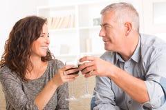 庆祝在家的夫妇 免版税库存照片