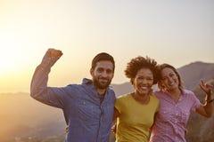 庆祝在山上面的朋友 免版税库存照片