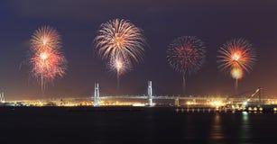 庆祝在横滨海湾桥梁的烟花在晚上 库存图片