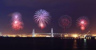 庆祝在横滨海湾桥梁的烟花在晚上 图库摄影