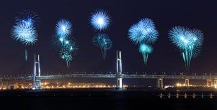 庆祝在横滨海湾桥梁的烟花在晚上 免版税库存图片