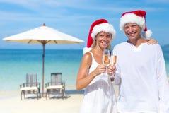 庆祝在海滩的夫妇 免版税库存照片