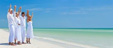 庆祝在热带海滩的全景横幅家庭 图库摄影