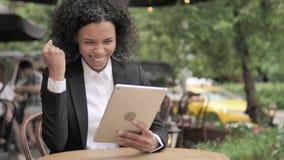 庆祝在片剂的非洲妇女胜利,坐在室外咖啡馆 股票视频