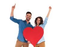 庆祝在白色背景的愉快的夫妇爱 免版税库存图片