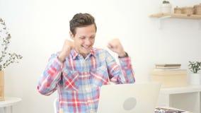 庆祝在膝上型计算机的成功观看的胜利,表达兴奋用offic 股票视频
