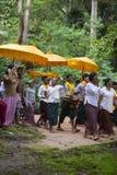 庆祝在节日的柬埔寨佛教徒在吴哥 库存图片