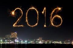 2016年庆祝在芭达亚海滩的新年快乐烟花 库存照片