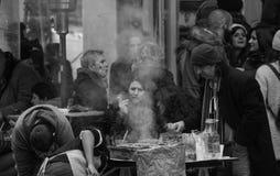 庆祝在街道的人群在新年的前夕 免版税库存照片