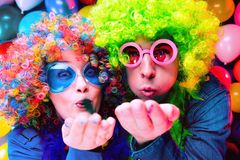 庆祝在除夕或狂欢节的党的妇女和人 免版税库存照片