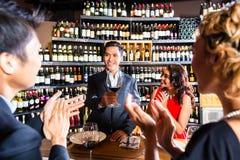 庆祝在餐馆的亚裔朋友 免版税库存图片