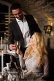 庆祝在餐馆的夫妇 库存照片