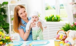 庆祝复活节母亲和婴孩有兔宝宝耳朵的愉快的家庭 免版税库存照片