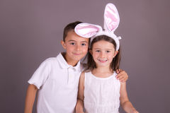 庆祝复活节的男孩和女孩 库存照片