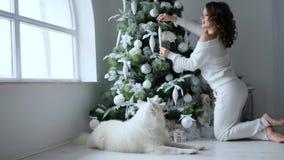 庆祝大气,愉快的少妇装饰在白色口气的xmas树 影视素材