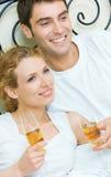 庆祝夫妇在家 免版税库存图片