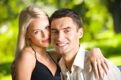 庆祝夫妇年轻人 免版税库存图片