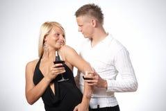 庆祝夫妇愉快的年轻人 免版税库存图片