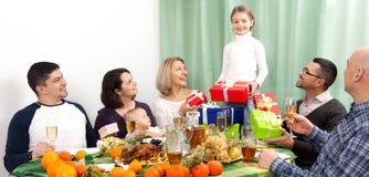 庆祝女孩生日在有家庭的家 免版税库存照片