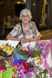 庆祝她的生日的美丽的资深妇女 库存照片