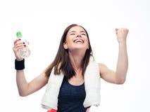 庆祝她的胜利的健身妇女 免版税库存图片