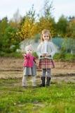 庆祝姐妹的第一个生日的两个女孩 库存图片