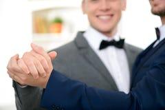 庆祝婚礼的愉快的人 免版税库存照片